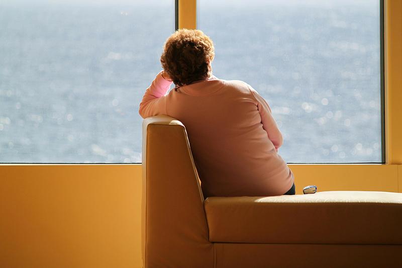 Mujer pensando precio para su vivienda.