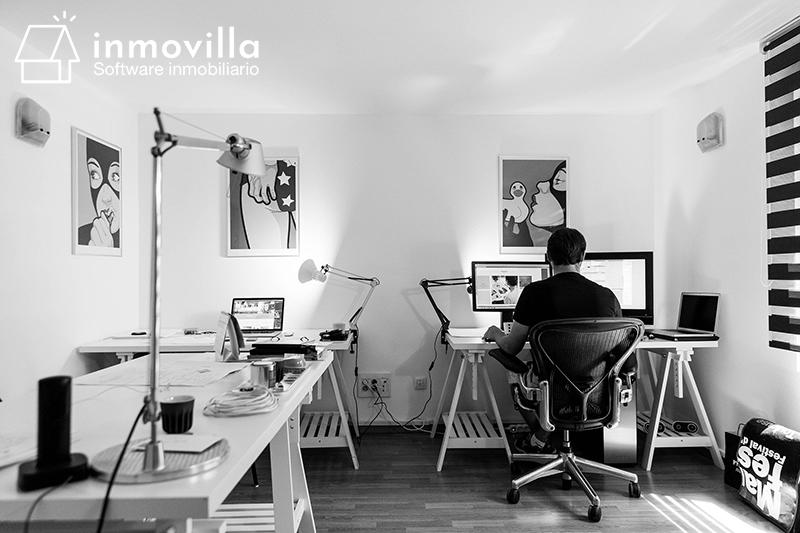 Persona trabajando desde casa usando el software de Inmovilla.
