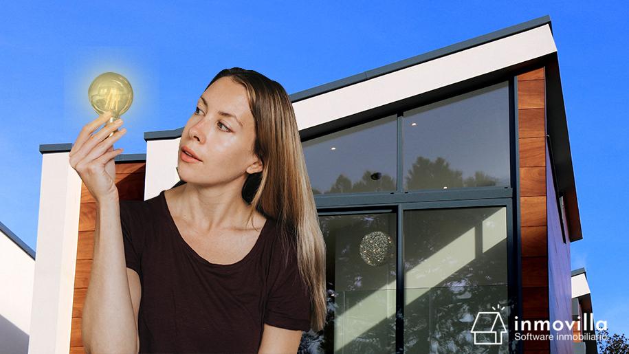 Chica con una bombilla pensando en temas inmobiliarios